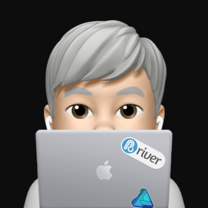 Rriverのステッカーが貼られたMacBookの向こうにいる自分のMemojiの似顔絵