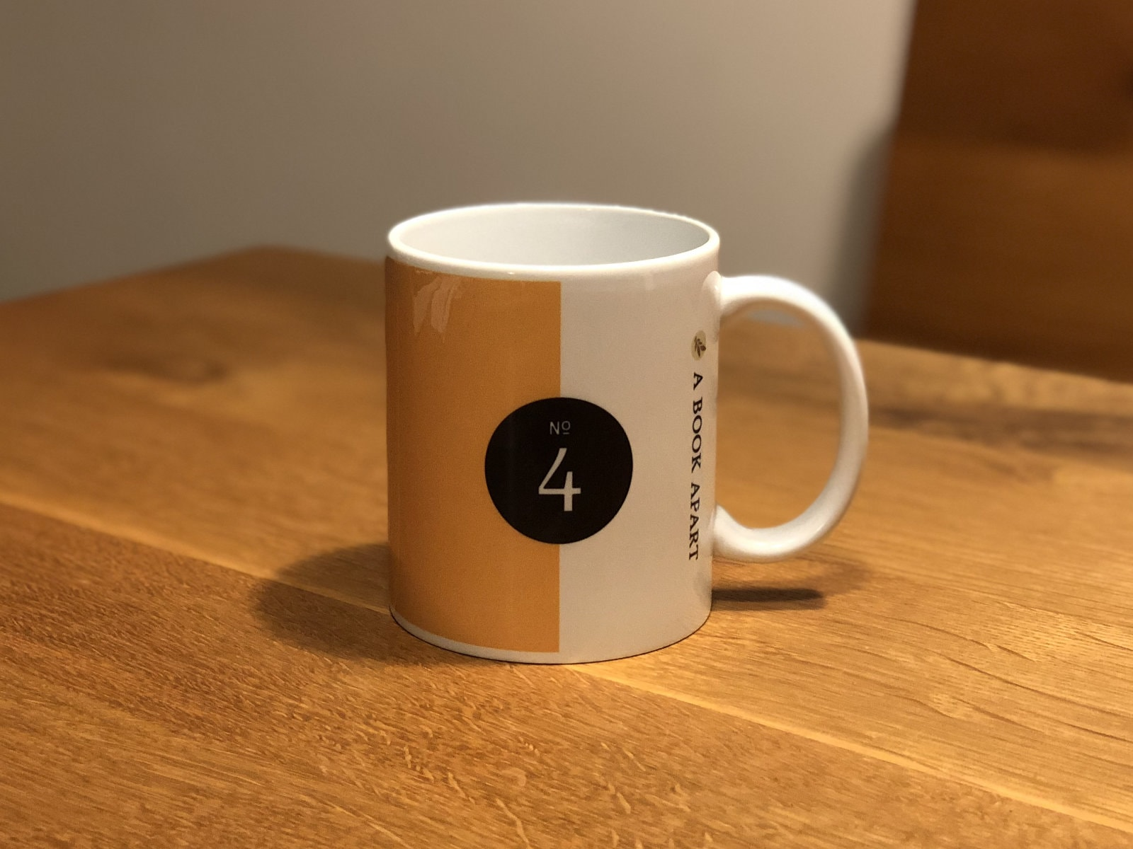 Responsive Web Designマグカップの裏側。シリーズ番号の「No.4」が印字されてます