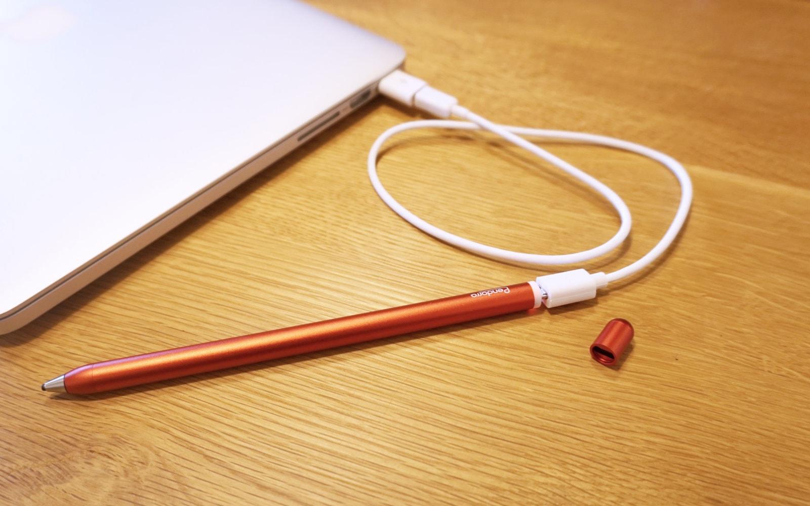 Pendorra充電式タッチペンをMacBook ProにUSBで繋げて充電