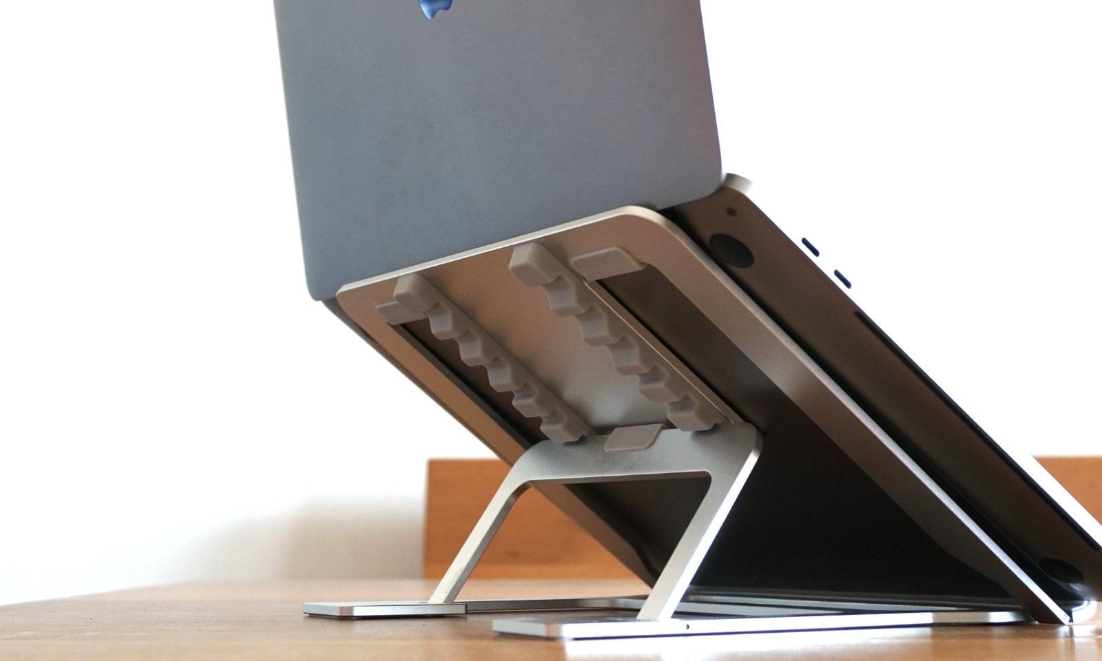 スタンドを一番高くしてMacBook Proを乗せた状態の寄りの写真。