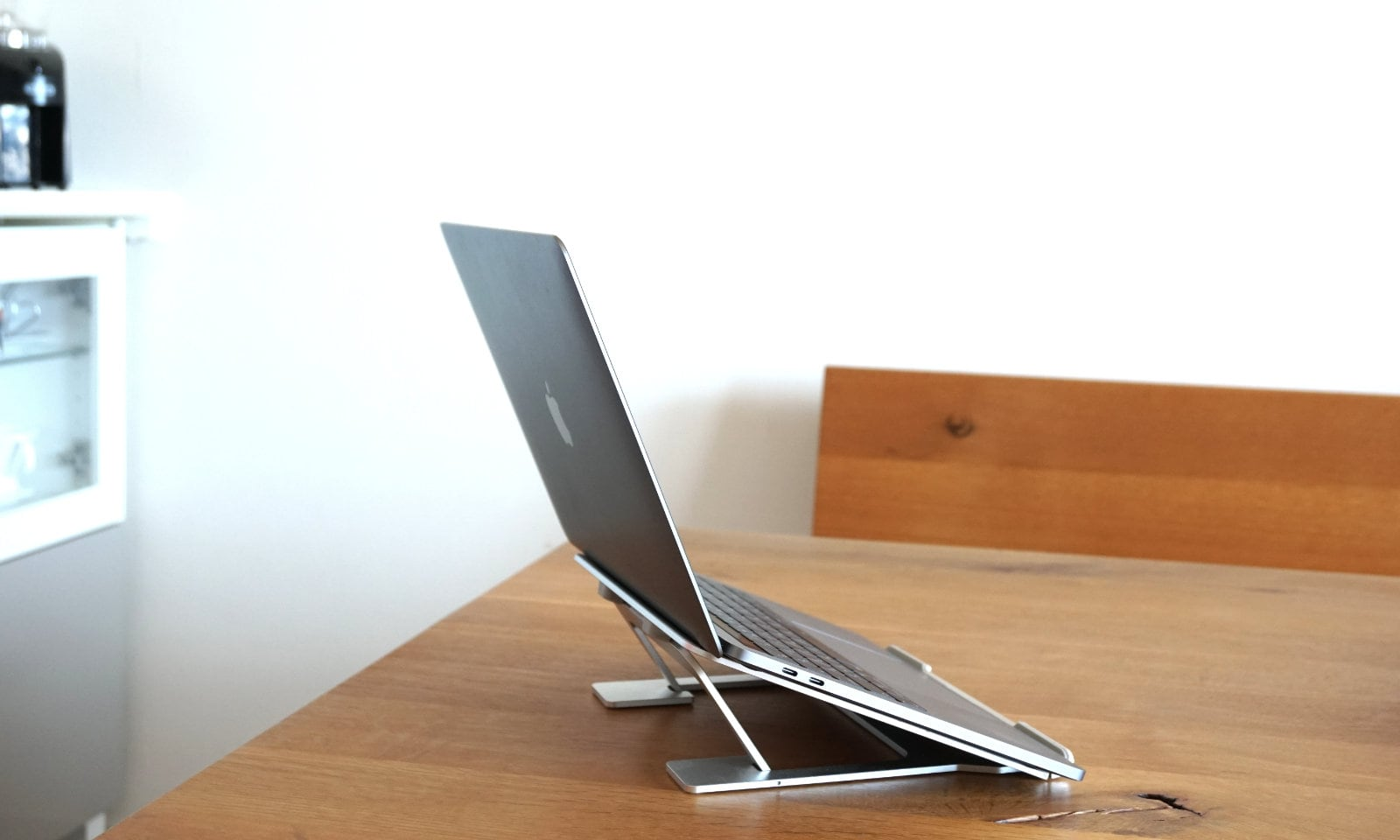 スタンドを一番低くしてMacBook Proを乗せた状態の写真。