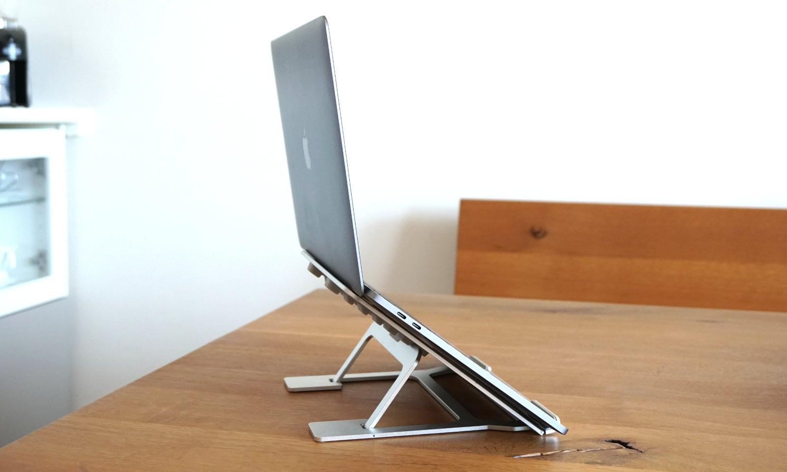 スタンドを一番高くしてMacBook Proを乗せた状態の写真。